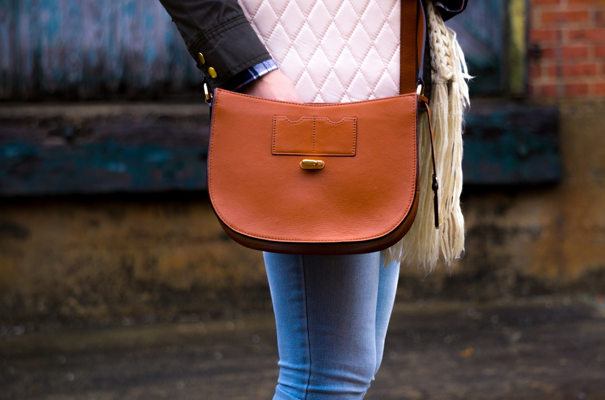 Picture of a woman holding a handbag at the shop to illustrate Janine Papendorf's blog article on kindness.